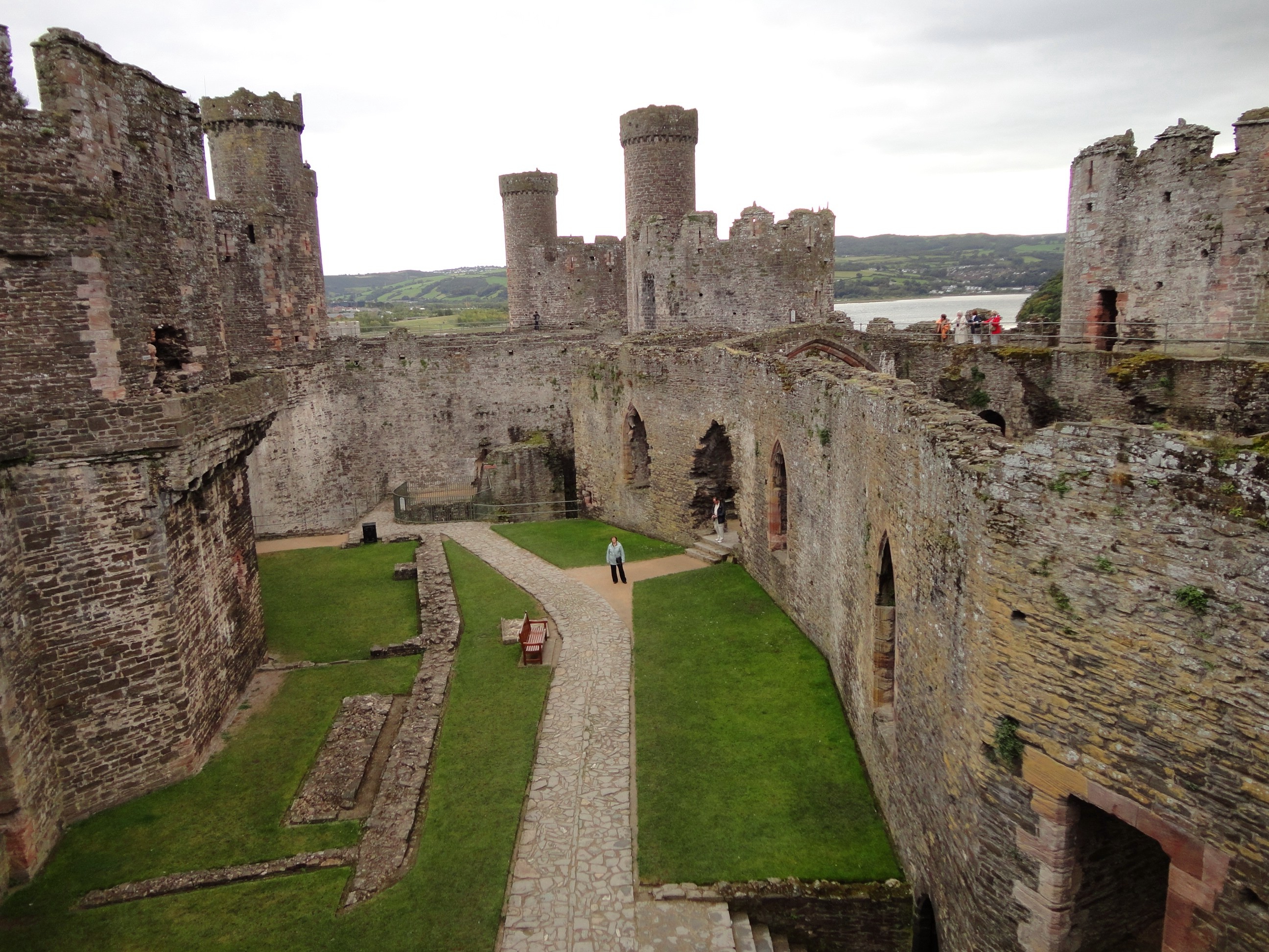 essays medieval castles Not all castles were extravagant fortresses that housed kings and all his subjects many castles were just built for the lord, his family and a few servants other castles that were not well protected or had no threat of attack were called fortified.